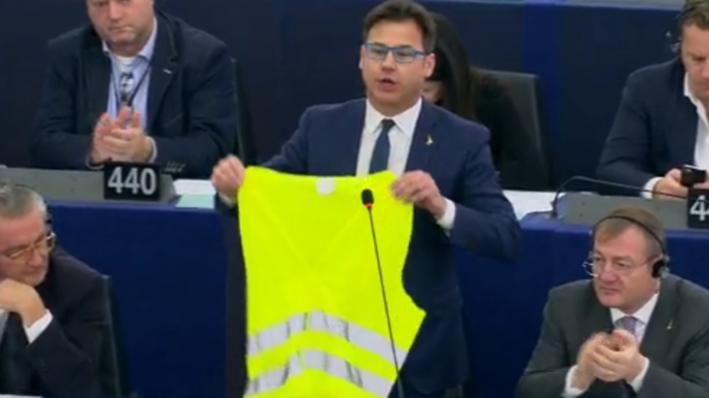 """""""Wacht auf!"""" – Streit über Straßburg-Terror: Abgeordneter verlässt mit gelber Weste EU-Parlament"""