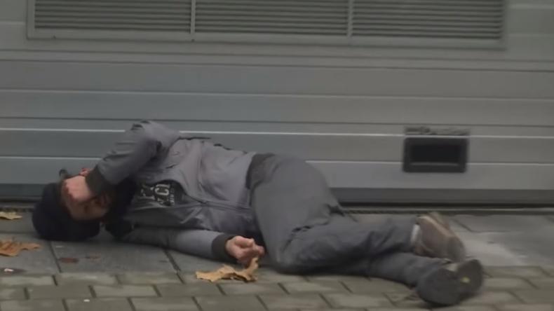 Dein Freund und Helfer? Diesmal nicht: Brüsseler Polizei lässt Mann orientierungslos am Boden liegen