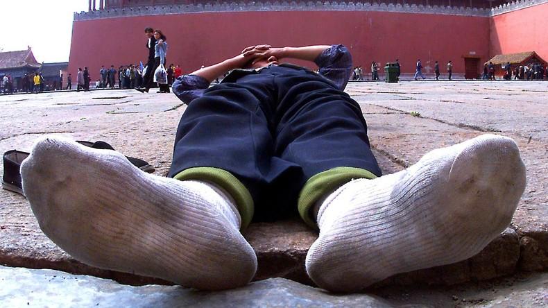 Mann schnüffelt an schmutzigen Socken und zieht sich Lungeninfektion zu
