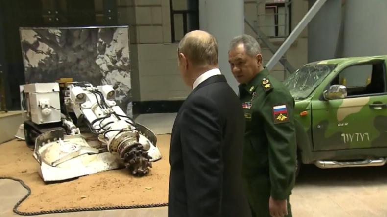 Moskau: Putin besucht Ausstellung beschlagnahmter Waffen von Militanten in Syrien