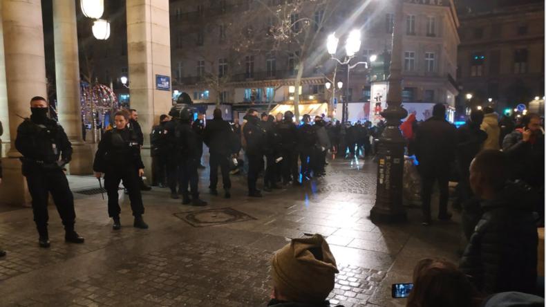 Paris: Hunderte Migranten versuchen, bekanntes Theater zu stürmen, um Papiere zu fordern