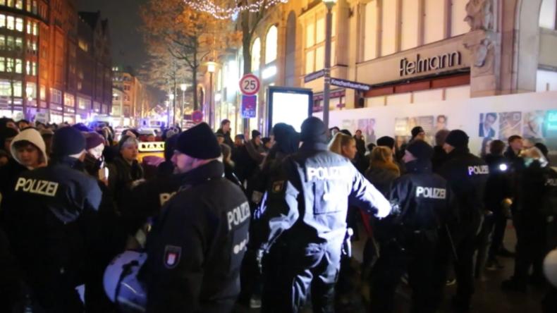 """""""Alerta Alerta Antifascista"""" – Hunderte protestieren gegen Besuch von AfD-Mann Gauland in Hamburg"""