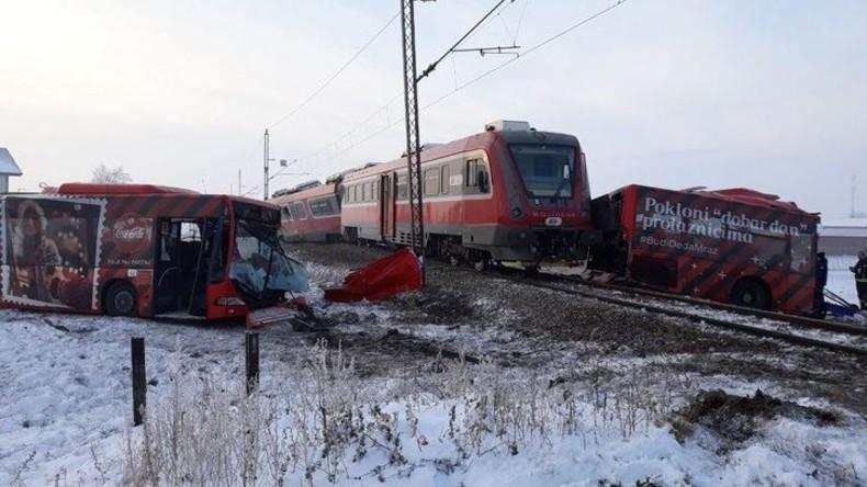 Zug in Serbien rast in Schulbus – mehrere Tote, zwei Dutzend Verletzte (Video)