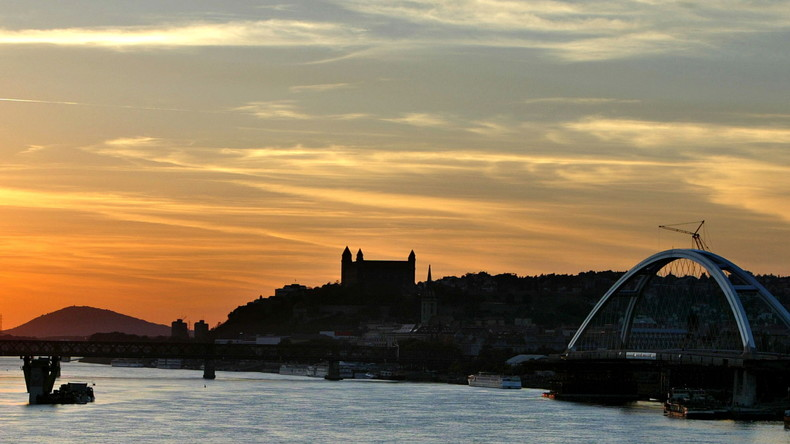 Donau reißt Flussrestaurant in Bratislava vom Ufer los
