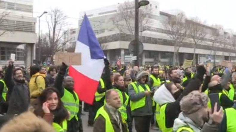 """Paris: """"Die  Journalisten sollen herunterkommen"""": Gelbwesten brüllen """"Fake News"""" vor TV-Sender"""