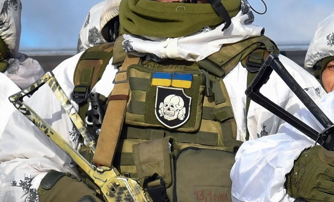 Mit Totenkopf auf der Brust: Präsident der Ukraine posiert mit Soldaten mit SS-Abzeichen