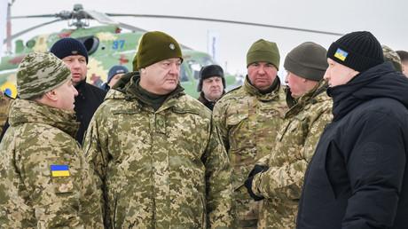 Petro Poroschenko gibt sich nun wieder als Kriegsherr. Auf dem Bild: Ukrainischer Präsident besucht den Luftwaffenstützpunkt Wasilkiw am 1. Dezember.