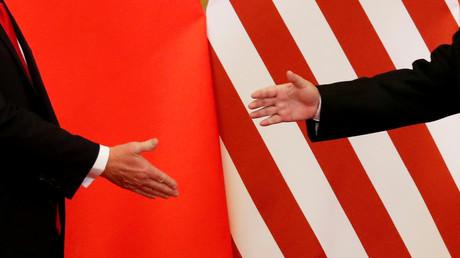 US-Präsidnet Donald Trump und der Präsident Chinas Xi Jingping reichen einander die Hände während ihres Treffens in Beiing am 9. November 2017.