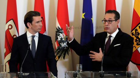 Österreichs Kanzler Sebastian Kurz (l., ÖVP) und Vizekanzler Heinz-Christian Strache (FPÖ) bei einer Pressekonferenz am 10. Oktober. Nun präsentierten sie Ende November neue Hürden für Zugewanderte beim Zugang zu Sozialleistungen.