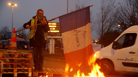 Ein Demonstrant mit gelber Weste, dem Symbol eines Protestes gegen höhere Kraftstoffpreise, an der Zufahrt zur Autobahn A2 Paris-Brüssel in Fontaine-Notre-Dame, 4. Dezember 2018.