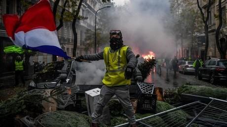 Demonstranten bei einer Straßenblockade aus Weihnachtsbäumen in Paris. Laut PropOrNot steckt da hinter die lange Hand des Kremls...