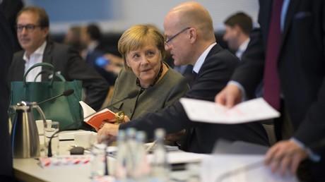 Der Unionsfraktionsvorsitzende Ralph Brinkhaus (r.) und Bundeskanzlerin Angela Merkel vor Beginn einer Fraktionssitzung der CDU/CSU am 6. November 2018 in Berlin.