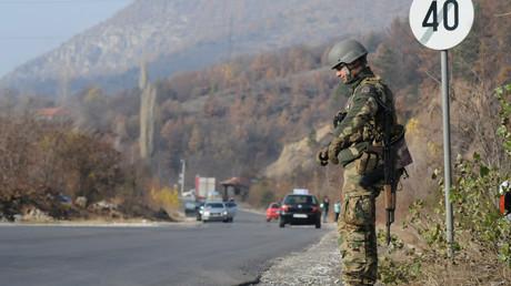 Ein Mitglied der KFOR-Friedenstruppe am 23. November 2018 vor dem Dorf Rudare bei Mitrovica im Kosovo. Nun will Pristina eine eigene Armee gründen.