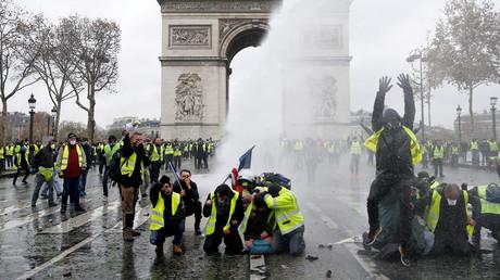 Unter Beschuss eines Wasserwerfers der Polizei: Gelbwesten-Aktivisten demonstrieren vor dem Triumphbogen in Paris (1. Dezember)