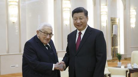 Chinas Präsident Xi Jinping (r.) traf am 8. November 2018 im Großen Saal des Volkes in Peking den ehemaligen US-Außenminister Henry Kissinger.