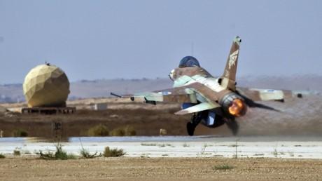 Auf dem Militärflugplatz Nevatim in der Nähe der südisraelischen Stadt Beer Scheva startet am 6. Oktober 2010 ein israelisches F-16-Kampfflugzeug.