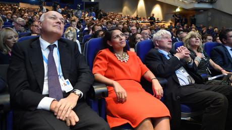 Tory-Abgeordnete und ehemalige Entwicklungsministerin Priti Patel sitzt beim Parteitag neben dem Vater von Boris Johnson. Sie schlug vor, Irland aufgrund der Nahrungsmittelabhängigkeit von Großbritannien zu erpressen.