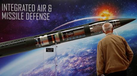 Ein Mann betrachtet das Raketen-Segment Patriot Advanced Capability (PAC-3) des Enhancement-Models (MSE) von Lockheed Martin auf einer internationalen Waffenmesse.