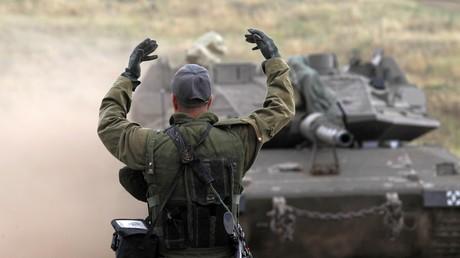 Ein israelischer Soldat am 7. Mai 2018 vor einem Merkava-Mark-IV-Panzer in den besetzten Golanhöhen.