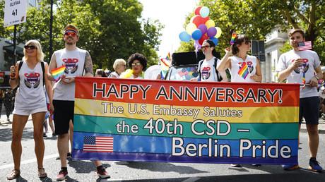 Banner der US-Botschaft zum 40. Berlin Pride, 28. Juli 2018