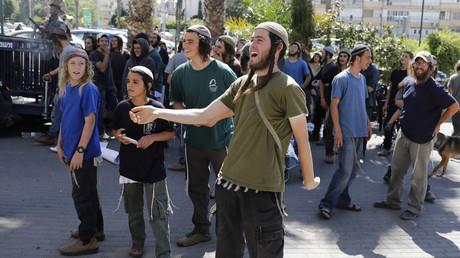 Israelisch-jüdische Siedler, die in den besetzen palästinensischen Gebieten leben, demonstrieren vor einem Gericht in Lod, wo zwei Mitgliedern ihrer Gemeinde der Prozess wegen Mordes gemacht werden sollte. Der Richter ließ die Anklage sehr zur Freude der Siedler fallen.