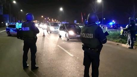 Polizisten bei der Kontrolle der deutsch-französischen Grenze