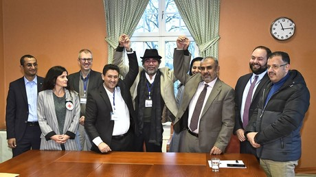 Vertreter der Huthi-Rebellendelegation (L) und Vertreter der Delegation der jemenitischen Regierung (R) auf Schloss Johannesberg in Rimbo, nördlich von Stockholm, Schweden, am 11. Dezember 2018.
