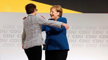Schrittweise Machtübergabe: Merkel und Kramp-Karrenbauer auf dem Parteitag in Hamburg.