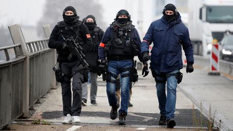 Mitglieder einer französischen Polizei-Spezialeinheit patrouillieren an der Grenze zu Deutschland.