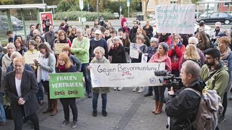 Ministerrunde einigt sich auf Eckpunkte zu Abtreibungs-Werbeverbot (im Bild: Protest vor dem Giessener Landgericht)