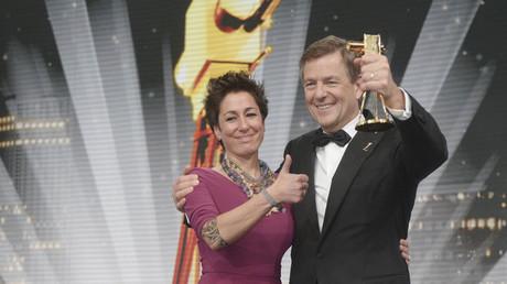 Auch ihre Finanzierung bleibt gesichert: Die ZDF-Moderatoren Claus Kleber und Dunja Hayali bei der Entgegennahme der Goldenen Kamera im Februar 2013