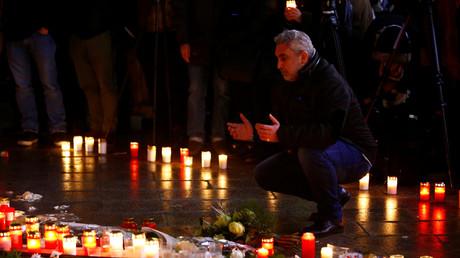 Ein Muslim betet am Tatort des Weihnachtsmarktattentats in Berlin in Gedenken an die Opfer, Deutschland, 19. Dezember 2017.
