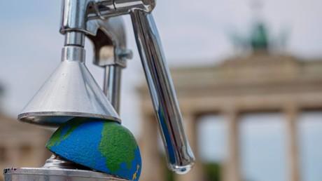 Protest zum sogenannten Erdüberlastungstag (01. August 2018) für eine Kehrtwende in der Lebens- und Wirtschaftsweise. Vor dem Brandenburger Tor demonstrierten Menschen unter dem Motto: