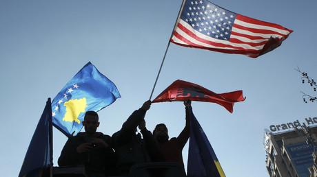 Kosovarische, US-amerikanische und albanische Flaggen wurden bei der Feierlichkeit zum zehnjährigen Jubiläum der Unabhängigkeit in Pristina geschwungen.