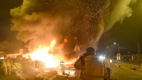 Ein Demonstrant der Gelbwesten vor brennenden Barrikaden nach der Ankündigung eines bevorstehenden Polizeieinsatzes in Le Mans, 11. Dezember 2018.