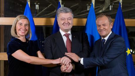 EU-Außenpolitikchef Mogherini und EU-Ratspräsident Tusk posieren mit dem ukrainischen Präsidenten Poroschenko in Brüssel, 12. Dezember 2018.