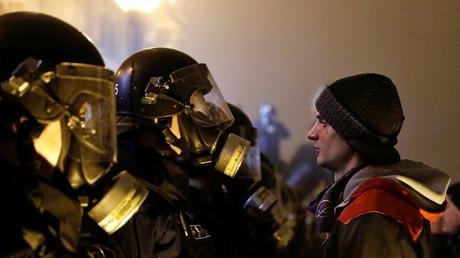 Ein Demonstrant steht Polizisten gegenüber, vor dem ungarischen Parlament, Budapest, 13. Dezember 2018.