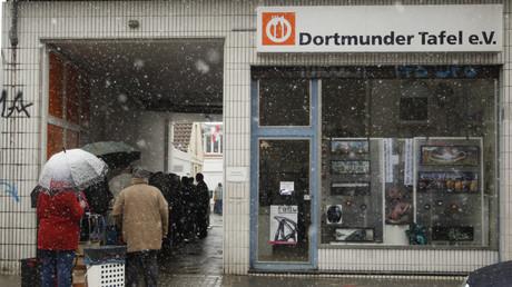 Bei Schneefall stellen sich Menschen an der Dortmunder Tafel an, 20. März 2013.