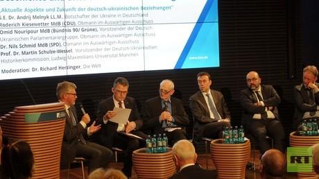 Der ukrainische Botschafter Andrij Melnick (links) redet. Deutsche Politiker hören zu. Konferenz am 14. Dezember bei der Konrad-Adenauer-Stiftung.