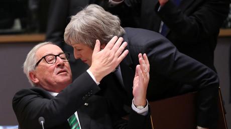 Wohin mit so viel Herzlichkeit? Juncker und May auf dem Gipfel