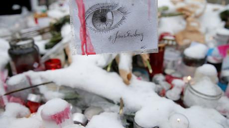 Eine Zeichnung ist in einer improvisierten Gedenkstätte zu Ehren der Opfer des Anschlags vom 11. Dezember während einer Zeremonie in Straßburg, Frankreich, am 16. Dezember 2018 zu sehen. Die Worte lauten: