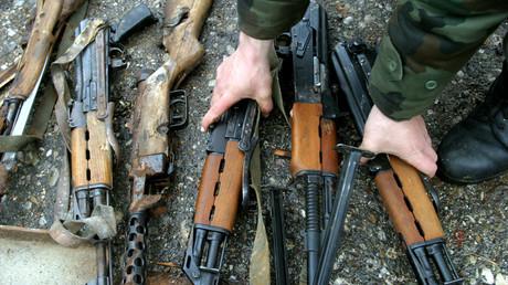 Millionen illegale Schusswaffen wie Kalaschnikows, die während der Jugoslawien-Kriege der Neunziger Jahre in Umlauf gelangten, sollen sich im Privatbesitz befinden.
