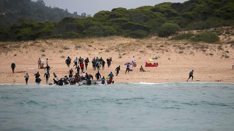 (Symbolbild). Migranten verlassen ein Beiboot am Strand von Del Canuelo, nachdem sie die Straße von Gibraltar überquert haben.
