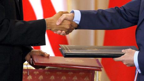 Prag am 8. April 2010: Handschlag zwischen US-Präsident Barack Obama und seinem russischen Amtskollegen Dmitri Medwedew anlässlich der Unterzeichnung des neuen START-Abrüstungsabkommens. Seitdem haben sich die Beziehungen beider Länder erheblich verschlechtert.