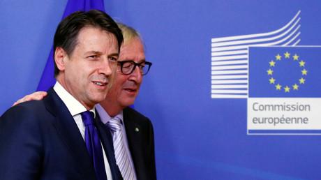 Der italienische Premierminister Giuseppe Conte mit dem Präsidenten der Europäischen Kommission, Jean-Claude Juncker in Brüssel, Belgien, am 12. Dezember 2018.