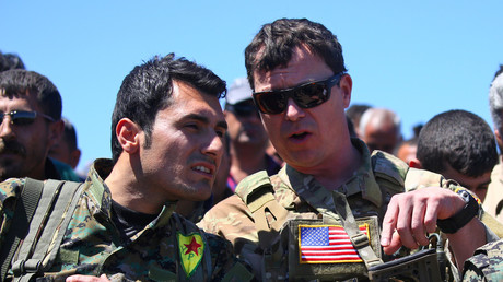 Ein US-Offizier (r.) mit einem kurdischen YPG-Offizier in al-Malikiyah am 25. April 2017.