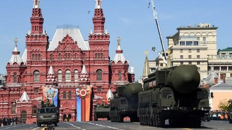 Zu den gefürchtetsten Waffen der Welt gehört die russische RS-24 Jars Interkontinentalrakete, wie sie bei der Militärparade zum Tag des Sieges am 9. Mai 2018 in Moskau gezeigt wurde.
