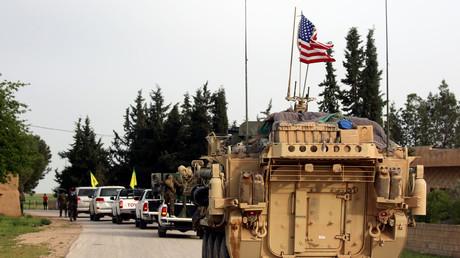US-Panzerfahrzeug begleitet YPG/SDF-Konvoi in Syrien.