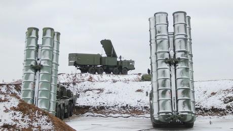Der Horizont kein Hindernis: China testet erfolgreich russische S-400 Luftabwehrrakete (Symbolbild: Flugabwehrsystem S-400. Zu sehen sind zwei mobile Abschussrampen und das Überwachungs- und Zielverfolgungsradar 96L6E)