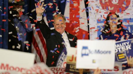 Gewann erstmals seit einem Vierteljahrhundert für die Demokraten eine Senatswahl in Alabama: Doug Jones lässt sich von seinen Anhängern feiern.